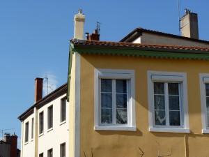 Bâtiment en pisé enduit et décoré, quartier Saint Just, Lyon 5e (photographie: Sébastien Moriset).